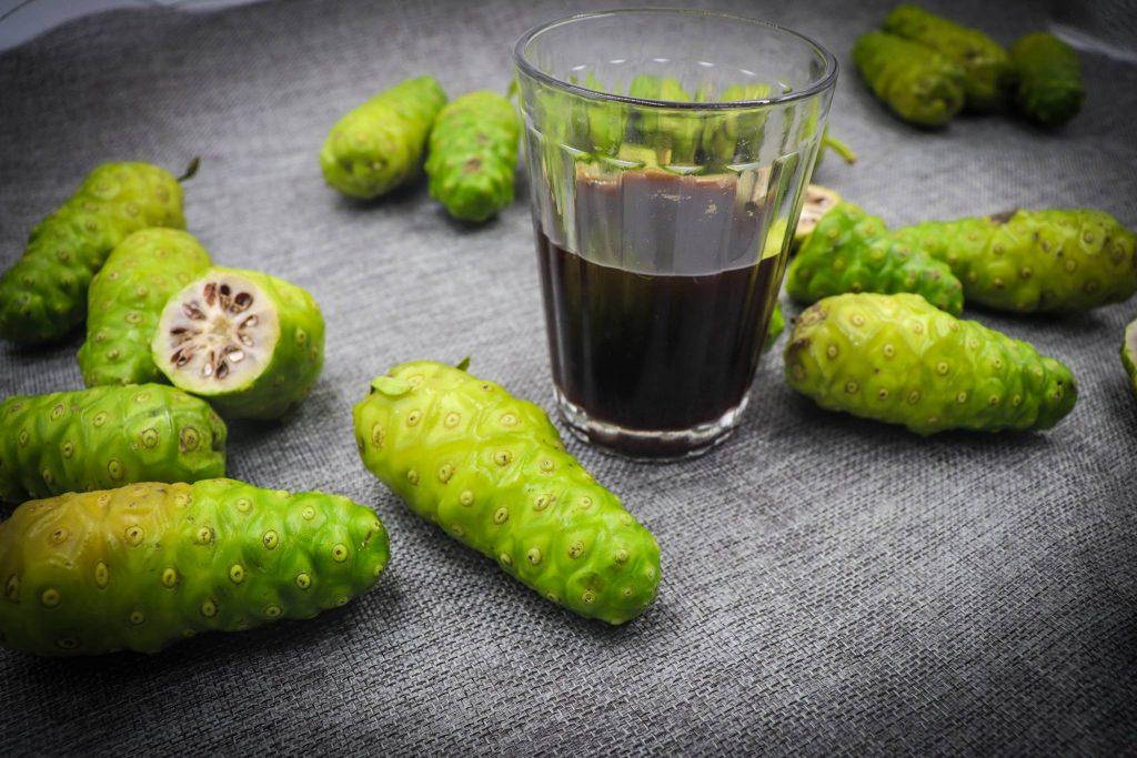 Cách làm rượu trái nhàu đơn giản tại nhà
